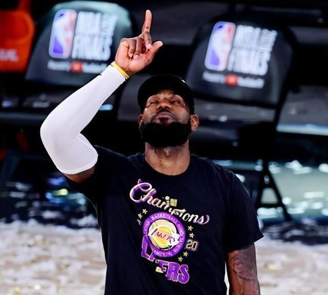 詹姆斯时隔四年再次拿到NBA总冠军,也是他第四次总冠军