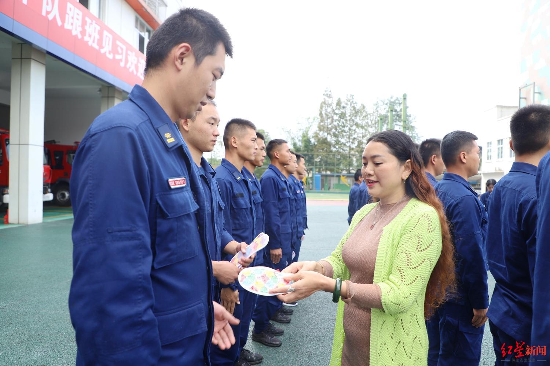 """一位天津港爆炸牺牲消防员母亲的5年:终于走出,可以""""直面悲痛""""图片"""