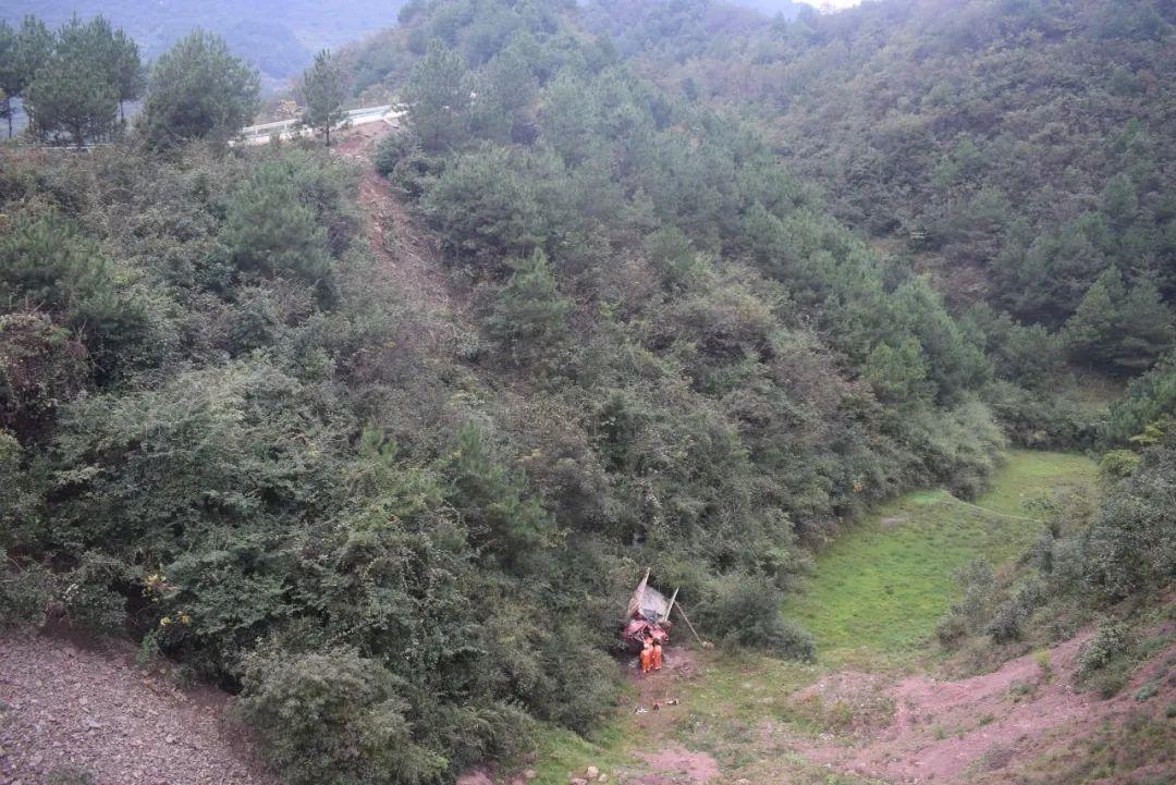 铜仁德江:一辆卡车从悬崖上掉下来 一人被困 被消防员救出
