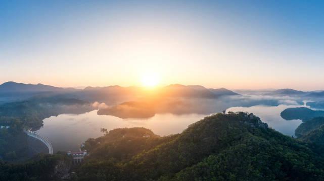 初秋的清晨,位于全国著名的将军县新县的香山湖水利风景区……