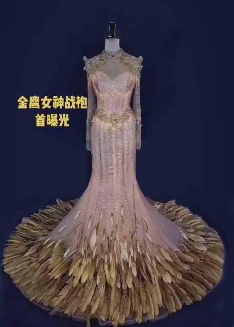 今年的金鹰女神礼服曝光,金色羽毛点缀,流光溢彩、霸气十足……