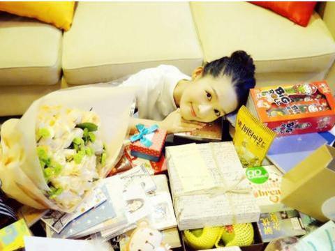 参观演员李沁的豪宅,客厅茶几被零食淹没了,30岁还像个小女孩