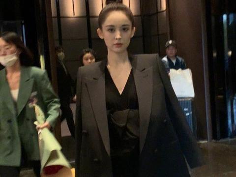 又被古力娜扎美到了!超低领黑裙露酥胸,肩颈线条优越迷人