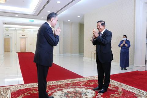 本地时候10月12日,柬埔寨宰衡洪森在金边访问对柬举行正式接见的中国国务委员兼外长王毅。(图/交际部网站)