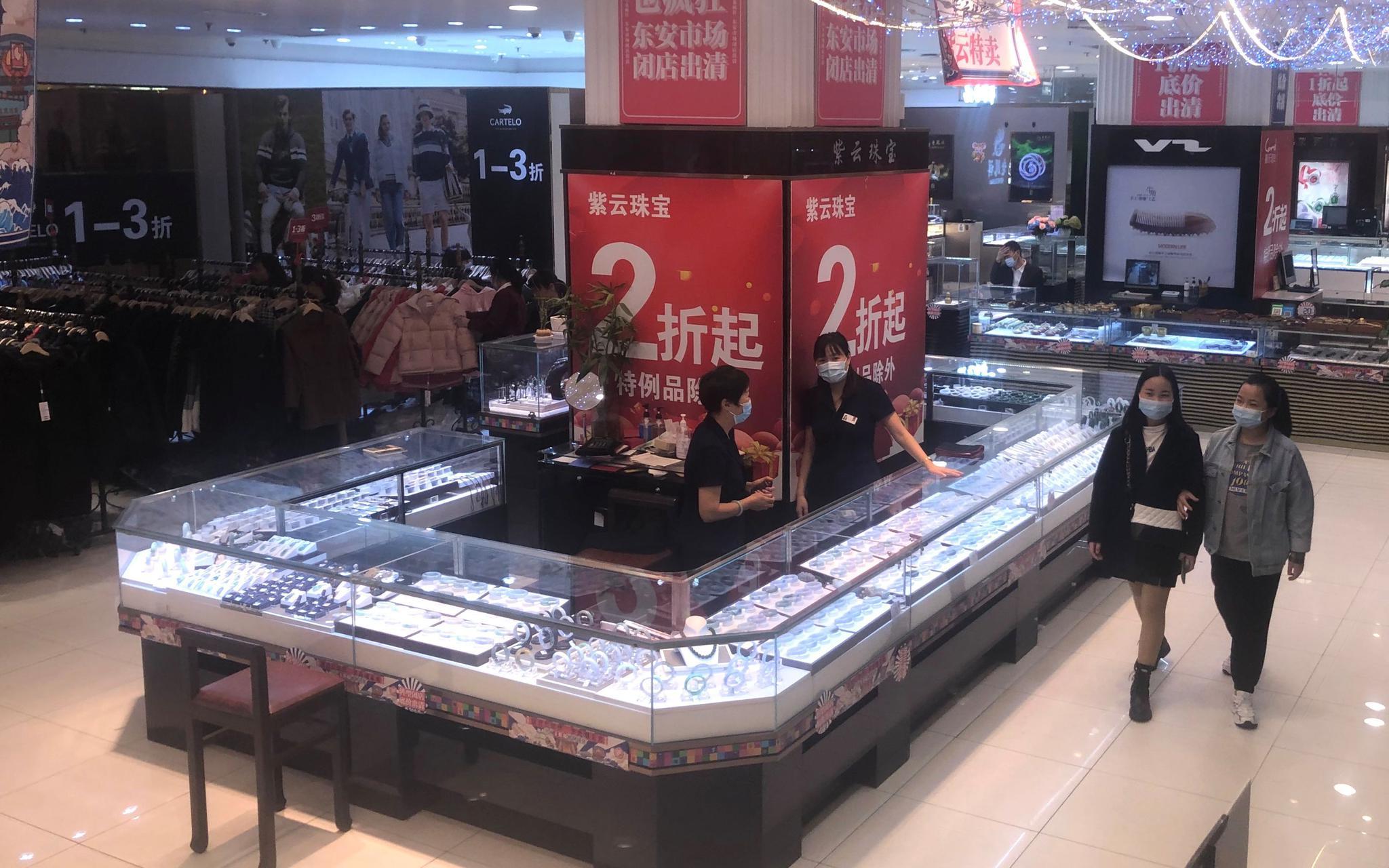 东安市场一层,各大金银、珠宝品牌正在出清大促。拍照/新京报记者 吴宁