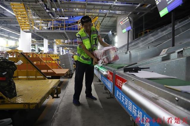 国内第一!武汉天河机场有入境航班的机舱行李