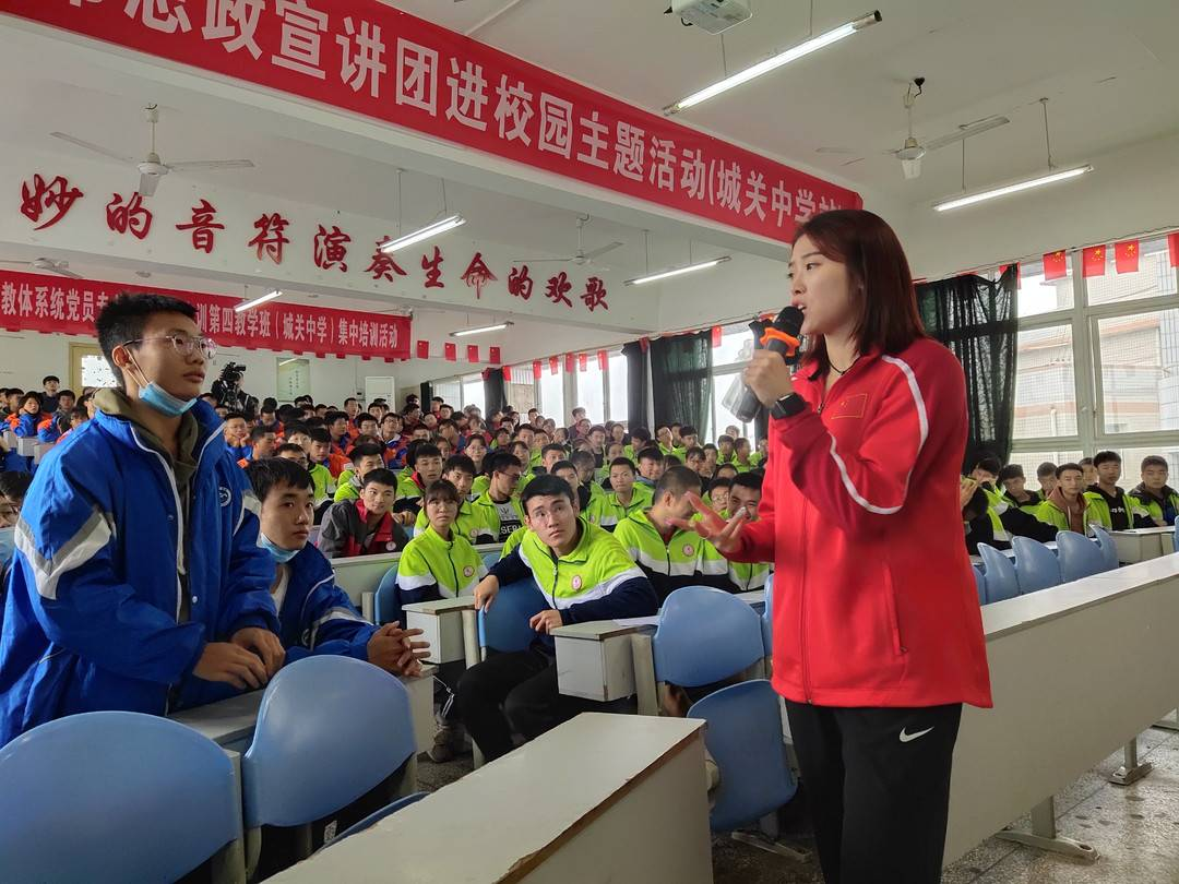 """亚洲""""快女""""吴燕妮走进四川自贡富顺校区教授体育技术"""