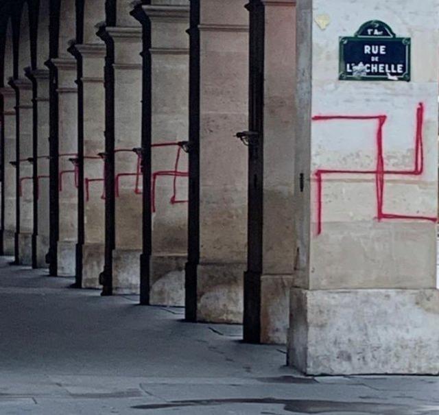 """卢浮宫附近被涂红色纳粹标志,法国内政部长怒斥""""可憎"""""""