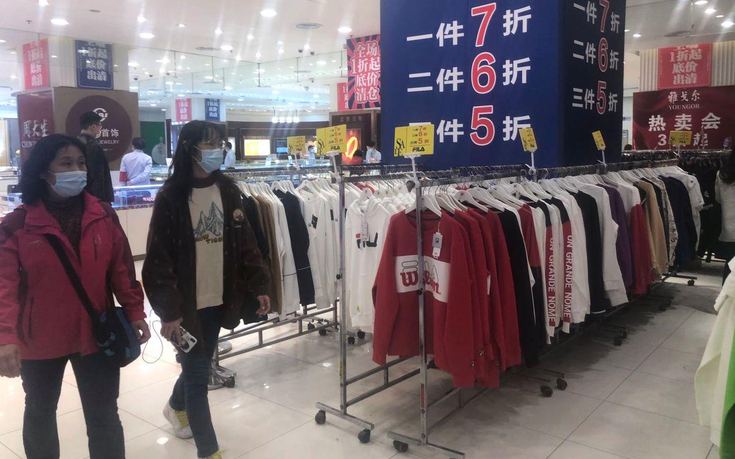 东安市场内,各大品牌打扮正在促销。拍照/新京报记者 吴宁