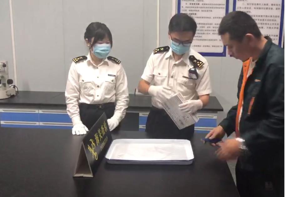 验场查现包员对关开举行裹重图:拆庆海关。