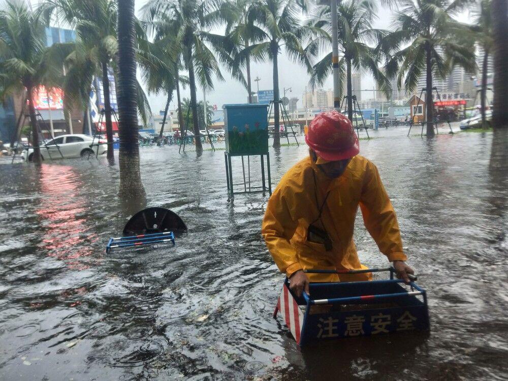 积水信息:市区1条道路积水,市政局排水中心人员正在全力强排