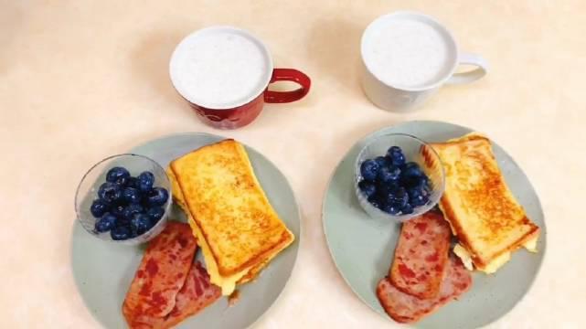 牛奶燕麦粥家常做法,鸡蛋液包裹着吐司香煎下真的好美味~
