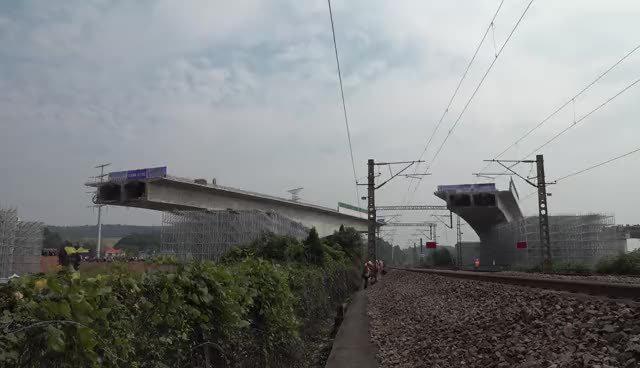 今天上午,江西萍乡市中环北路上跨沪昆线立交桥顺时针转体47°……