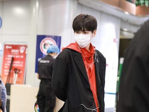 翟潇闻现身机场,穿红色的防风衣外搭黑色西装,率性混搭很帅气