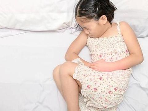 女孩吃应季水果导致胃穿孔,秋天时期,孩子要少吃这三种水果