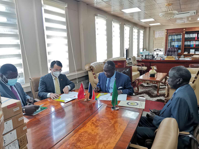 中国驻南苏丹使馆向南苏丹政府捐赠电脑设备 南官员:希望中国政府和企业协助南打造数字政府