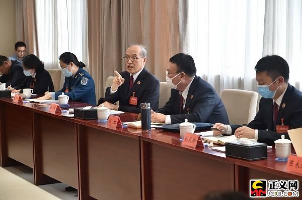 最高人民检察院党组书记、检察长张军参加会议分组讨论。摄影程丁 闫昭