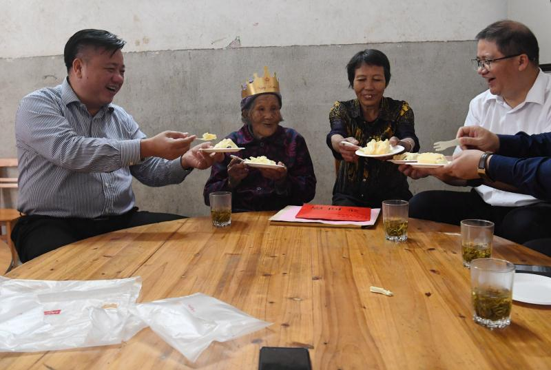 林冠到昭平县为贺州第一长寿老人胡月英祝寿