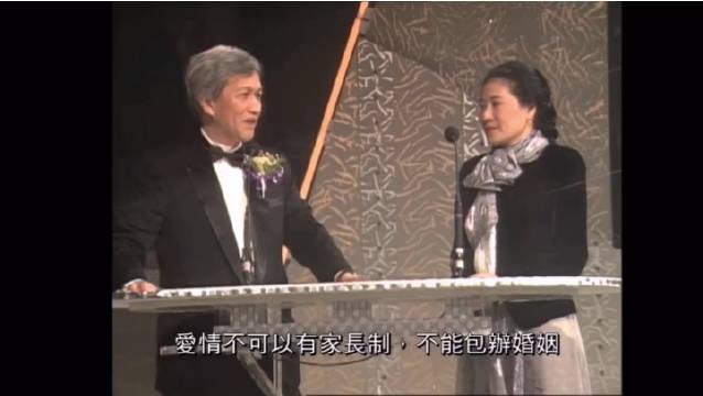 1989十大中文金曲颁奖典礼,亦舒为陈百强颁奖……