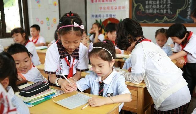 """教育最可怕的是,一群教师在拼命""""教书"""",一群家长在拼命育儿"""