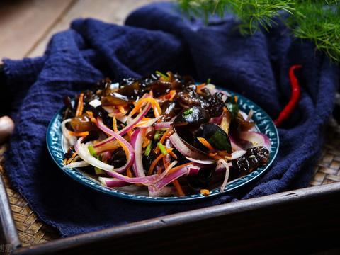 两道简单快手的凉拌菜,凉拌木耳洋葱、葱油黄秋葵,营养健康