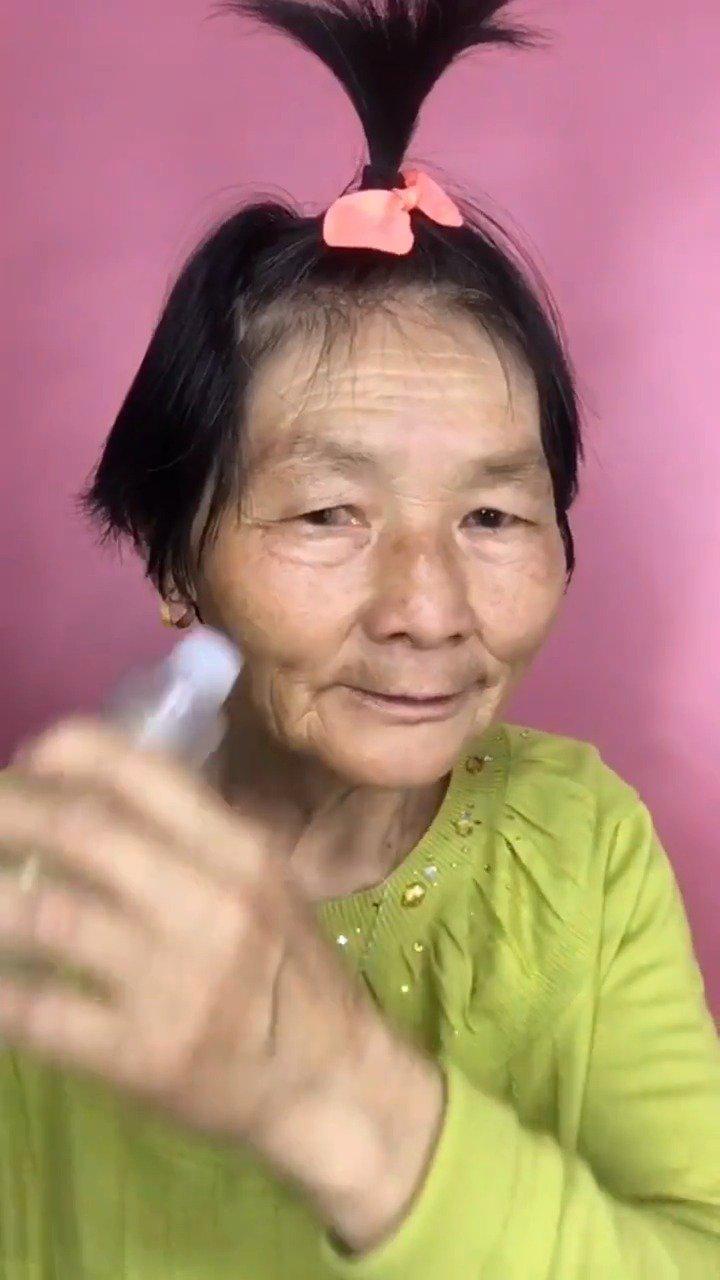 78岁奶奶化斩男妆,是要去蹦迪吗?给我们不会化妆的留条活路吧!