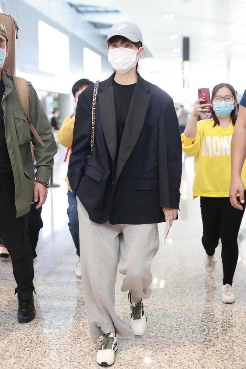 李宇春穿黑色西装搭配运动裤现身机场,单手插口袋尽显自己干练
