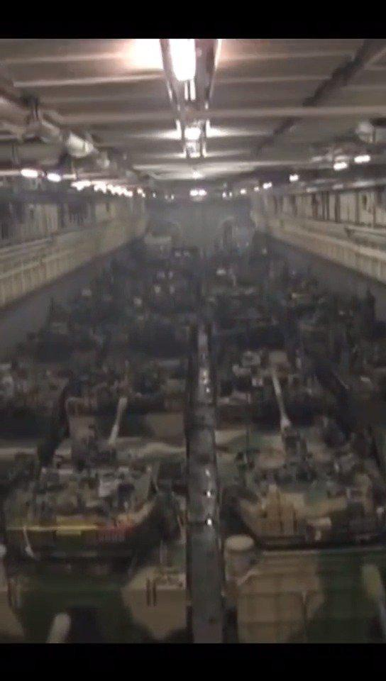 看!海军071船坞登陆舰内部画面 4辆两栖战车并排停靠