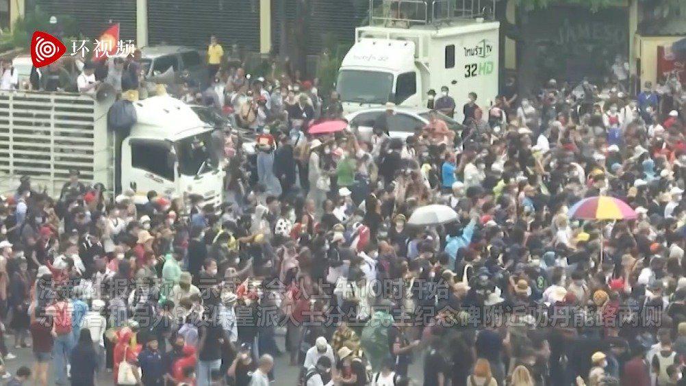 """青年示威者与""""保皇派""""激烈对峙起冲突"""