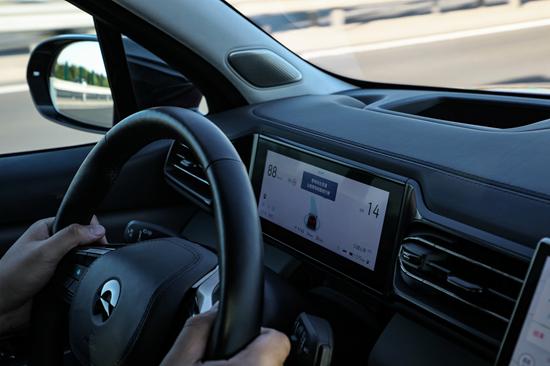 自动驾驶事关行车安全,涉及到芯片、高清摄像头、传感器和云计算等一系列软硬件,还需要针对国内常见的使用场景进行调校和优化。图为蔚来正在进行实车道路测试。
