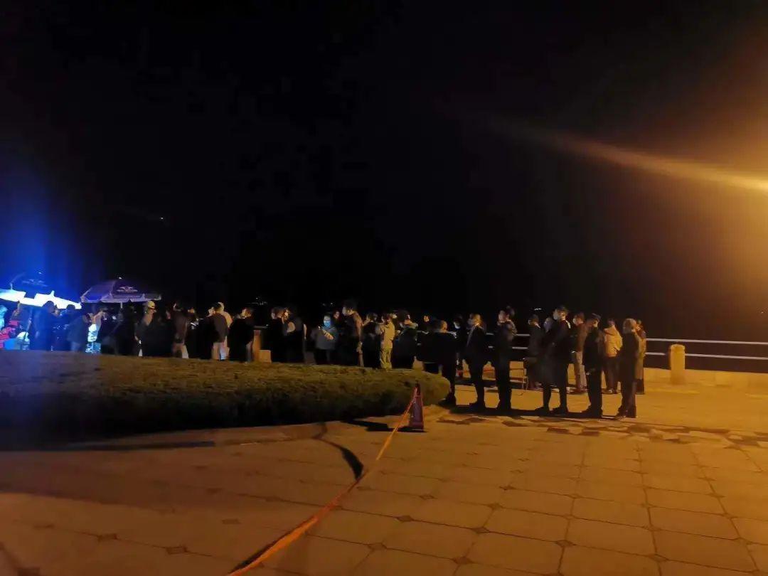 晚上列队检测的青岛市民 受访者供图