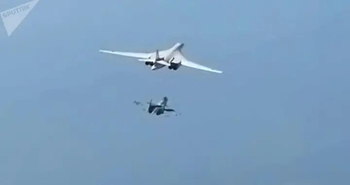 俄两架图-160轰炸机在巴伦支海、挪威海及北海上空进行飞行