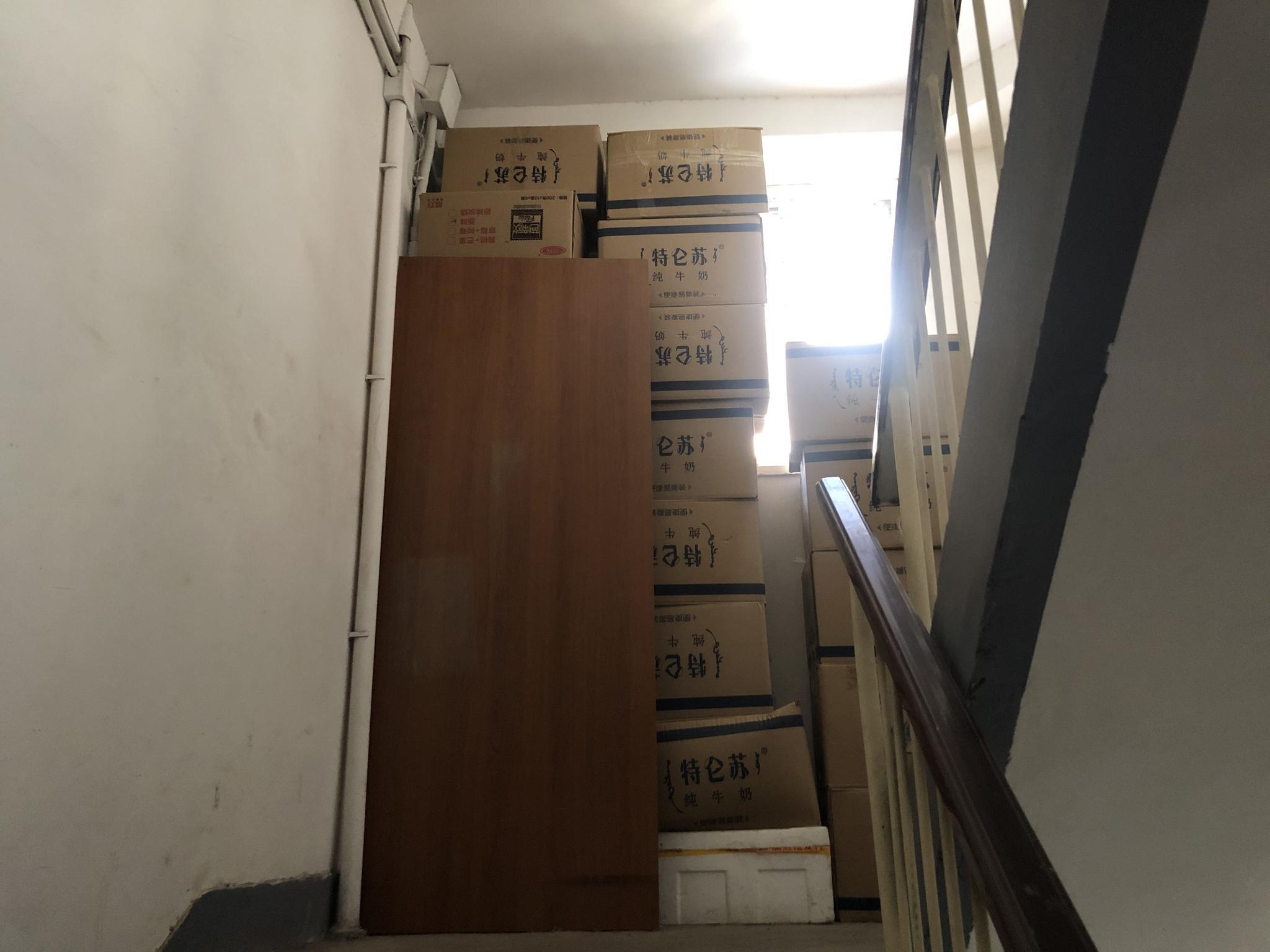 把楼道当库房?一小区楼内乱堆杂物高达十几米图片