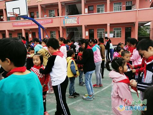 乐安县代坊小学举行新生入队仪式