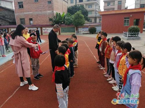500万彩票网:乐安县航桥学校举行庆祝少先队成立71周年暨新队员入队仪式(图片)