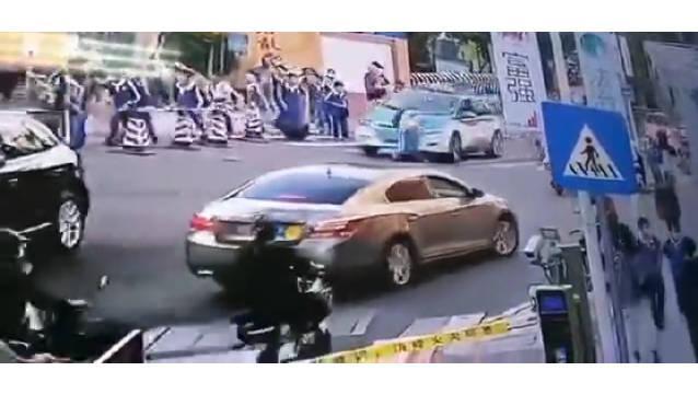 龙岗小学生校门口被出租车撞倒拖行……