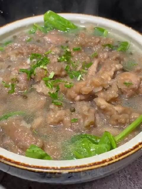 滑肉这样做有吃过的吗?汤鲜味美蘸着辣椒水简直不摆了