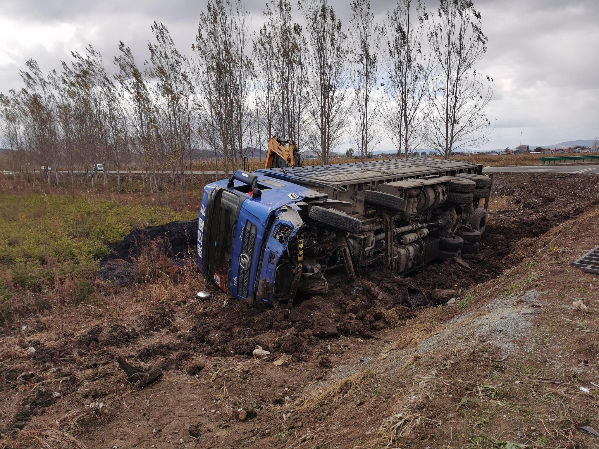 宝清县夹信子镇南外环十字路口频发交通事故两车相撞,受损严重