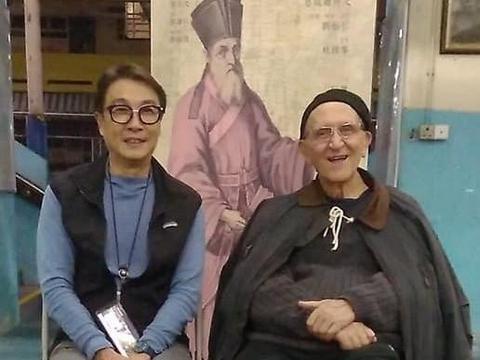 71岁刘松仁近照暴瘦,右手常年插口袋出行靠拐杖,曾被曝中风