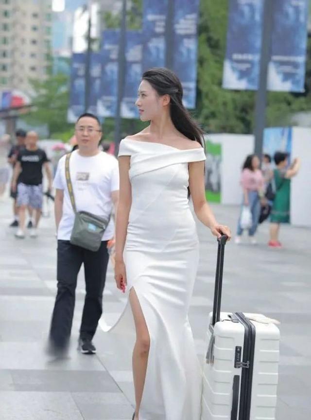 一字肩交叉连衣裙搭配黑色高跟鞋,白皙迷人,尽显大长腿