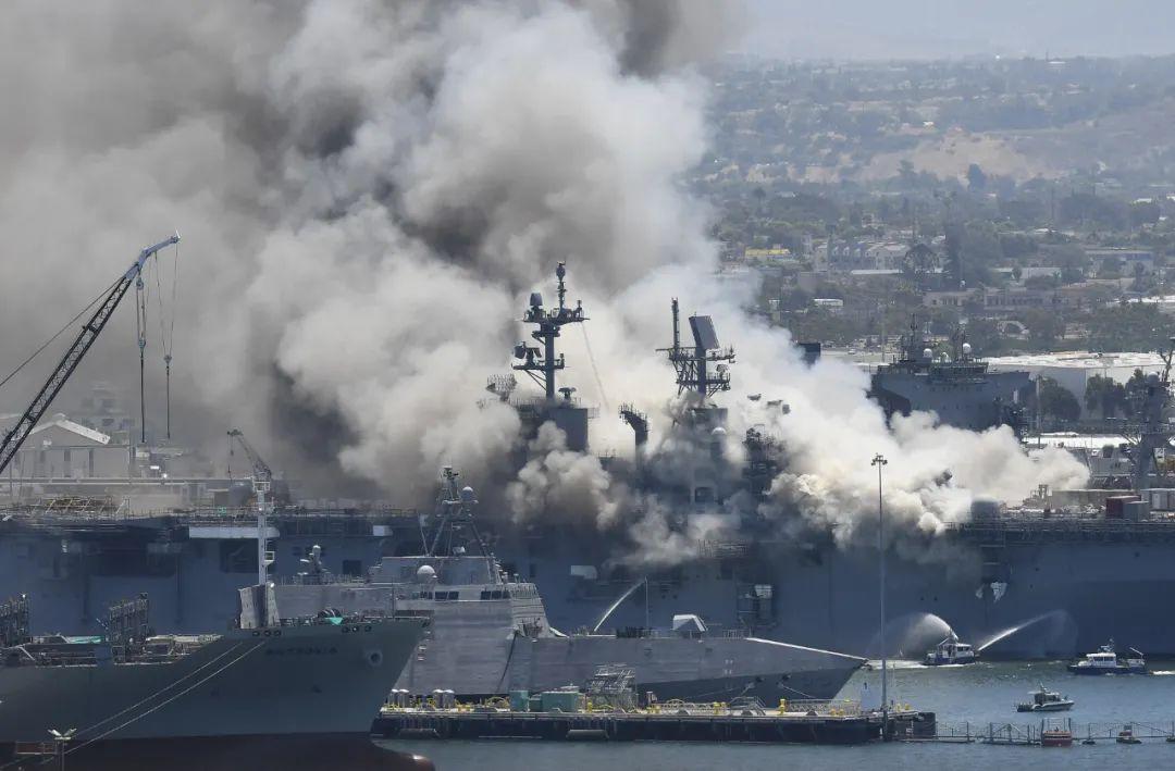 ▲7月12日,一艘美軍兩棲攻擊艦發生火災,加利福尼亞州圣迭戈海軍基地起火冒出濃煙。新華社/美聯