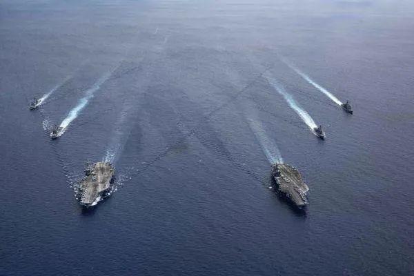 """▲資料圖片:美海軍""""里根""""號和""""尼米茲""""號組成雙航母編隊巡航。(美海軍官網)"""