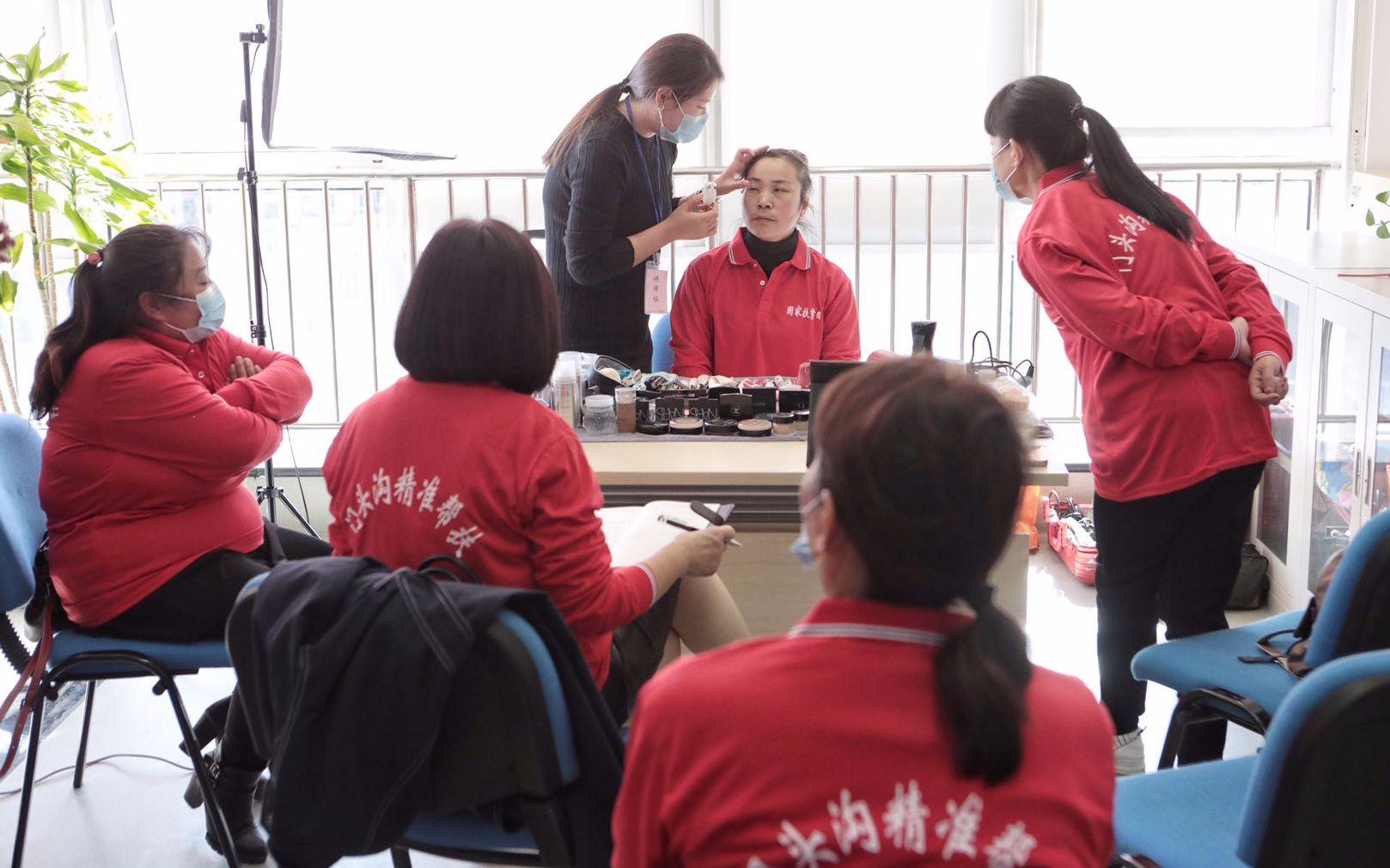 受帮扶区域的一些市民担当了美妆培训。拍照/新京报记者 王嘉宁