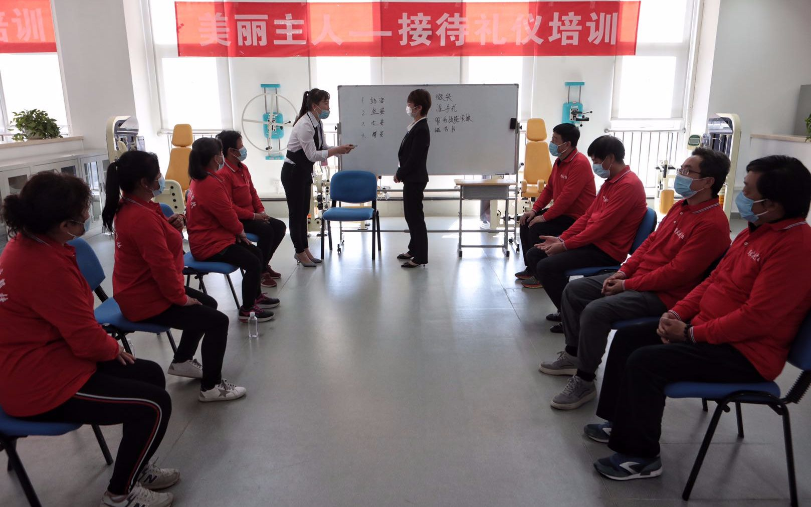 受帮扶区域的一些市民担当了欢迎礼节培训。拍照/新京报记者 王嘉宁