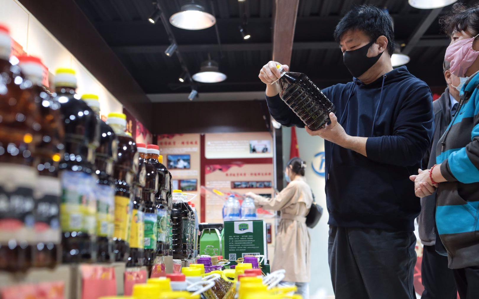 """""""灵山绿产""""消耗扶贫中央体验店內,市民正在举行选购。拍照/新京报记者 王嘉宁"""