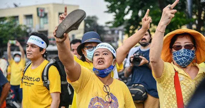 """泰国再爆发大规模抗议 示威者与""""保皇派""""对峙"""