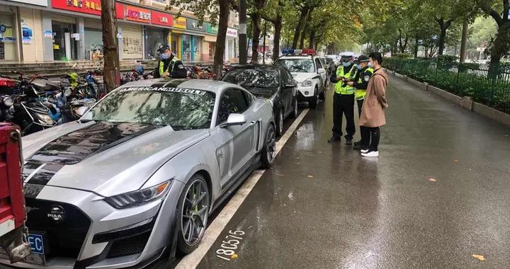 """变更车辆颜色还不报备、使用""""魔术贴""""变造车牌!武汉青山交警一小时连查两起车辆违法"""