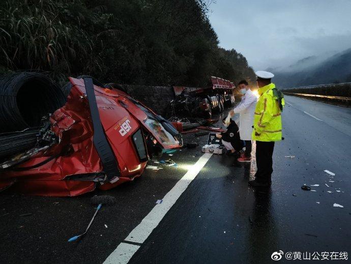 黄浮高速上司机行车时睡着货车冲撞山体 致车头车身分离