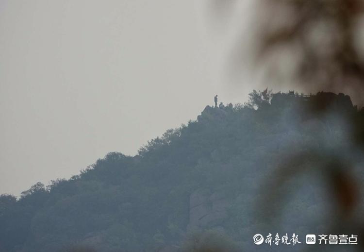 天刚蒙蒙亮,华山山顶上就有了登山者的身影
