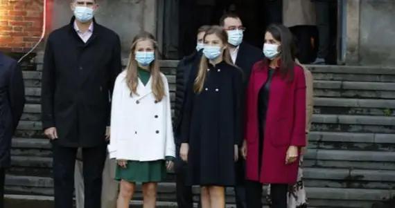 西班牙公主姐妹花天冷光腿,国王心疼;索妹比姐还大气,王后偏爱